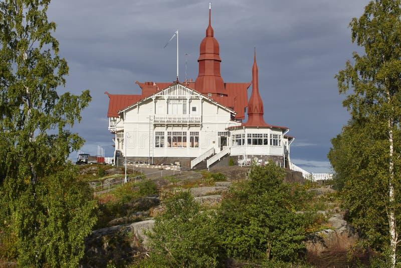Cottage di legno finlandese tradizionale con il tetto rosso metallico Finla immagini stock