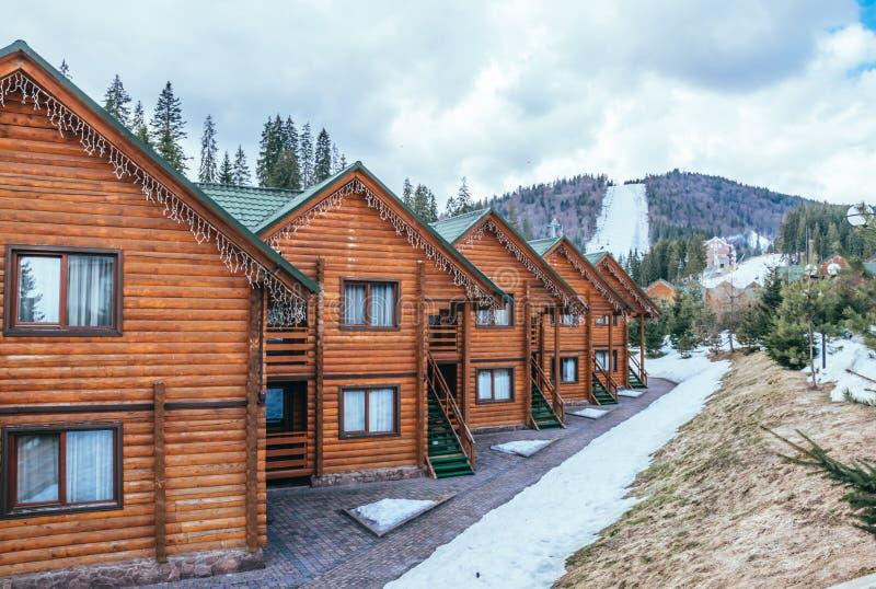 Cottage di legno nelle montagne carpatiche La vacanza di inverno fotografie stock libere da diritti