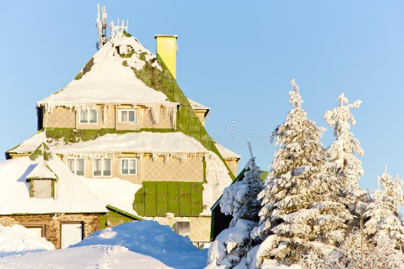 Cottage di Masarykova, montagne di Orlicke nell'inverno, repubblica Ceca immagini stock