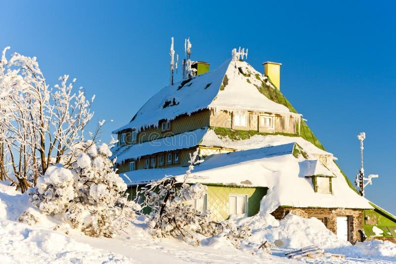 Cottage di Masarykova, montagne di Orlicke nell'inverno, repubblica Ceca fotografia stock