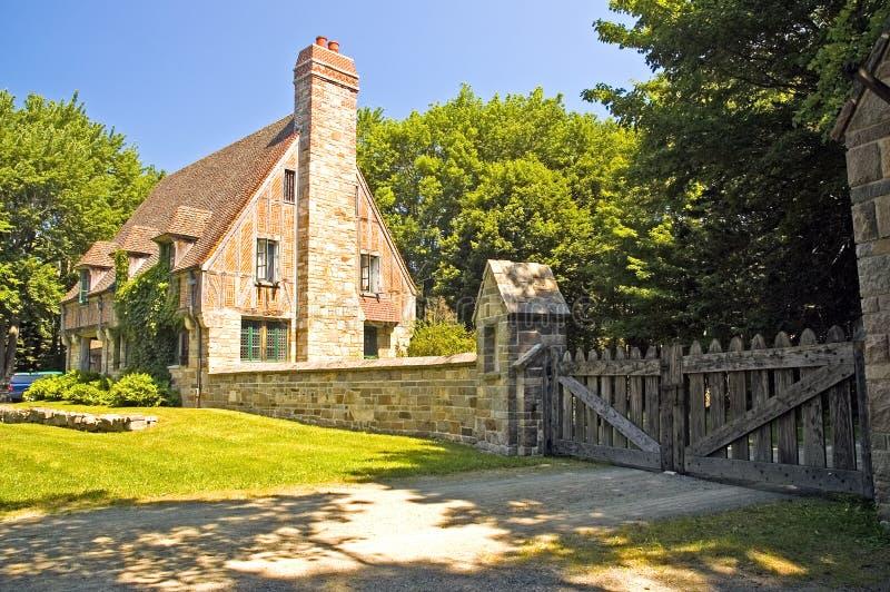 Cottage di stile di Tudor fotografie stock libere da diritti