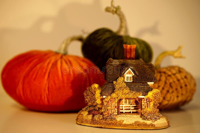 Cottage dorato minuscolo con le zucche fotografie stock libere da diritti