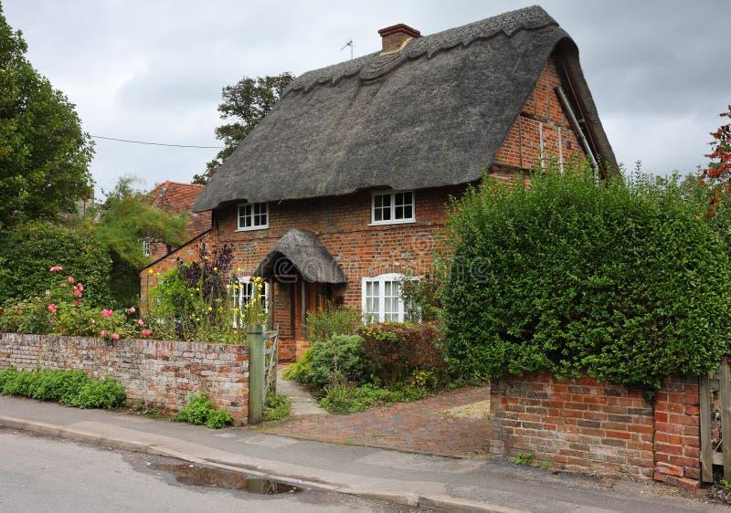 Cottage inglese thatched del villaggio fotografia stock for Planimetrie inglesi del cottage
