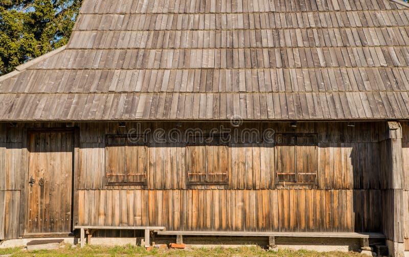 Cottage en bois traditionnel sur Velika Planina image stock