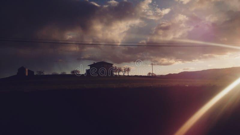Cottage et coucher du soleil pendant de voyage la maison de retour photographie stock