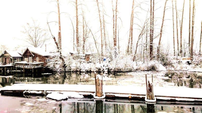 Cottage grigio sulla Columbia Britannica nevosa di uno Steveston della sponda del fiume vicino al bacino di legno 2 fotografie stock