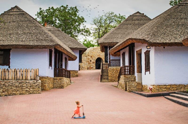 cottage impressionnant un enfant jouant dans un vieux village avec de belles maisons village traditionnel dans la république de M images libres de droits