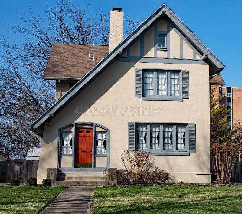 Cottage inclinato del tetto immagine stock libera da diritti