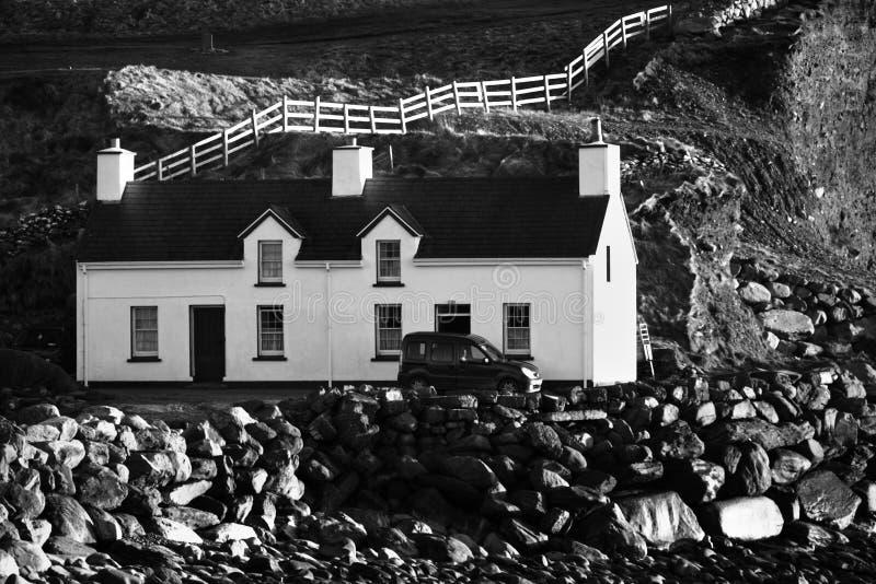 Cottage irlandais de bord de la mer photos libres de droits