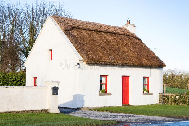 Cottage irlandese ricoperto di paglia immagine stock libera da diritti