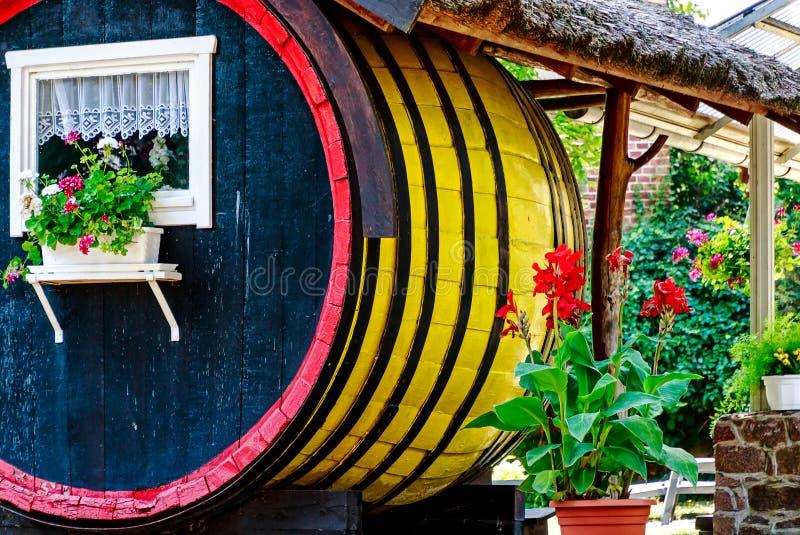Cottage jaune de baril dans Spreewald près de Berlin, Allemagne images libres de droits