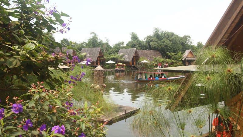 Cottage laterale del lago immagine stock libera da diritti
