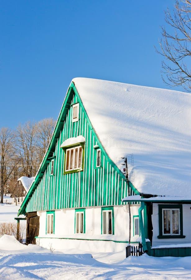 cottage nell'inverno, Kunstat - Jadrna, montagne di Orlicke, Re ceco immagini stock libere da diritti