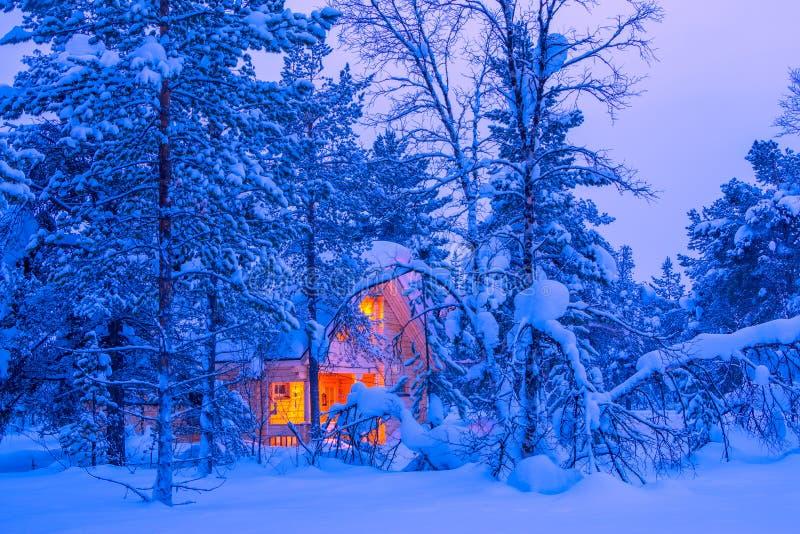 Cottage nella foresta finlandese di inverno fotografia stock