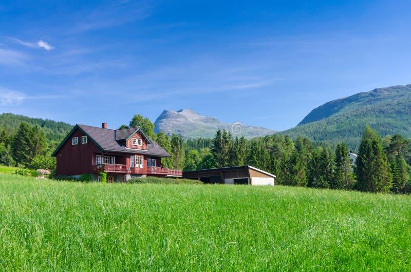 Cottage norvegese nel bello paesaggio fotografia stock