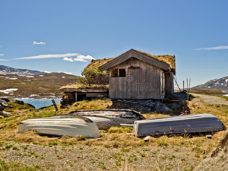 Cottage in Norway with boats on the lake Vavatn royalty free stock photography
