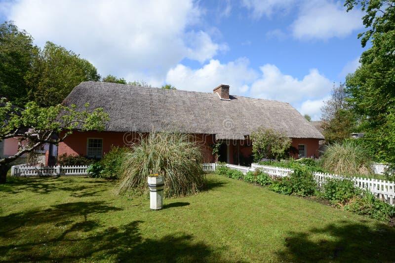 Cottage ricoperto di paglia tradizionale variopinto del tetto immagine stock libera da diritti