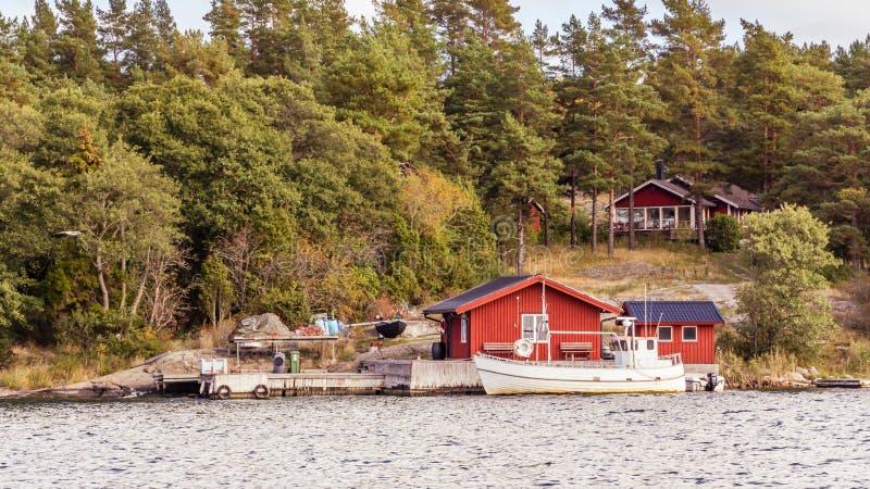 cottage rossi e peschereccio in svezia del sud immagine