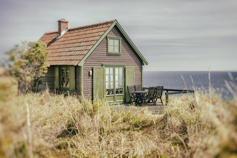 Cottage rustique de bord de la mer images stock