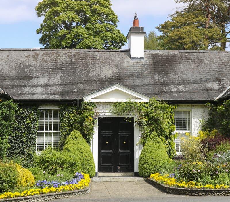 Cottage rustique typique avec un beau jardin photos stock