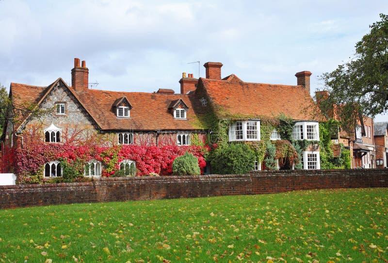 Cottage su una via inglese del villaggio immagine stock libera da diritti