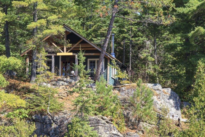 Cottage sul lago canoe immagine stock