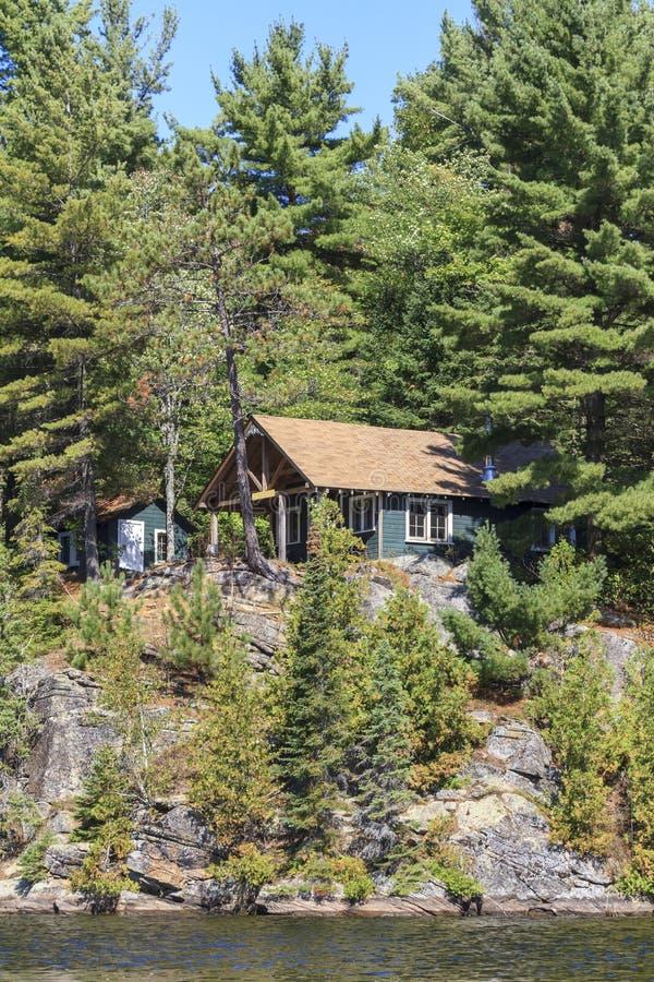 Cottage sul lago canoe fotografie stock