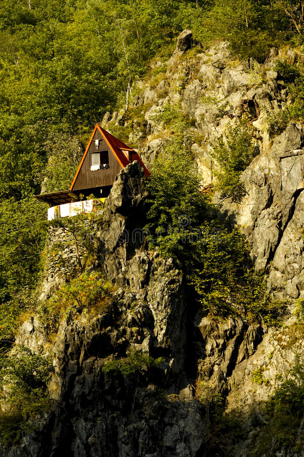 Cottage sur la roche photo stock
