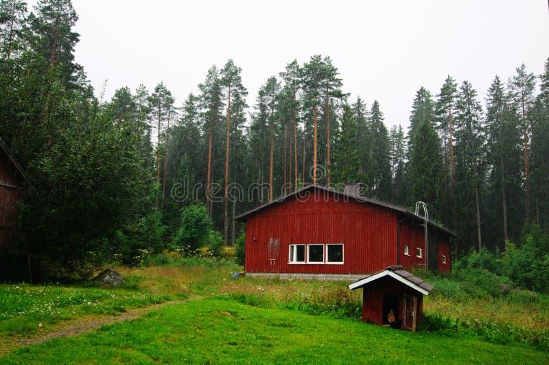 Cottage tradizionale finlandese sotto pioggia fotografia stock