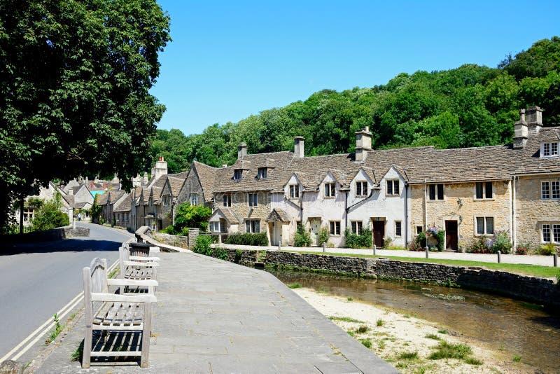 Cottages à côté de la rivière, château Comble photo libre de droits