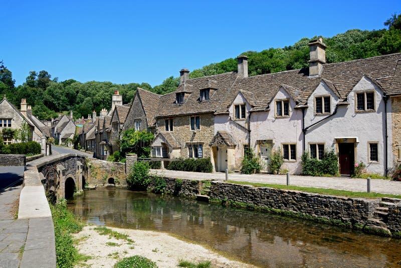 Cottages à côté de la rivière, château Comble photographie stock