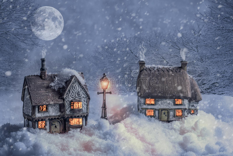Cottages d'hiver dans la neige photos stock