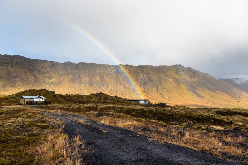 Cottages dans Lava Field avec des montagnes à l'arrière-plan en Islande photo stock