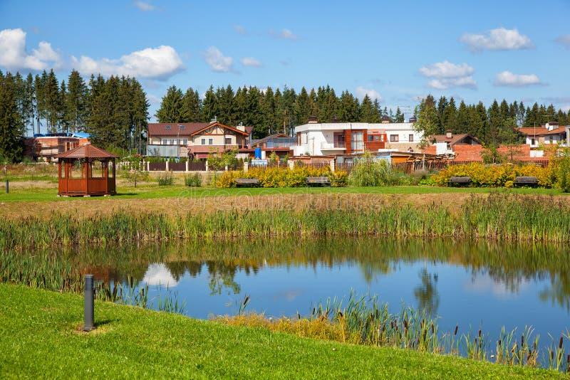 Cottages de pays dans la région de Moscou, maisons privées près de l'étang, en nature photographie stock