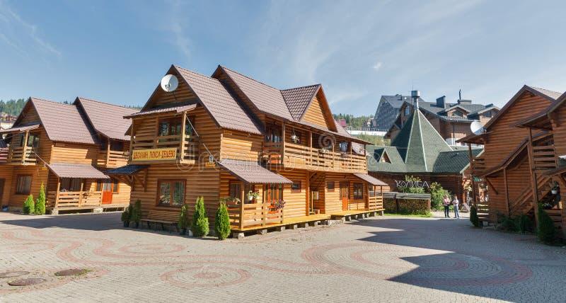 Cottages et hôtels de station de vacances célèbre Bukovel, Ukraine d'hiver photographie stock