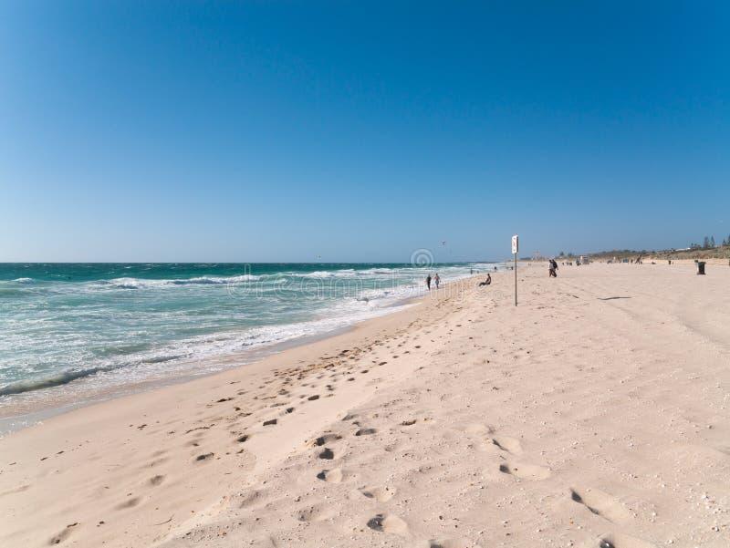 Cottesloe Beach, austrália Ocidental, com areia dourada, céu azul e pegadas fotografia de stock