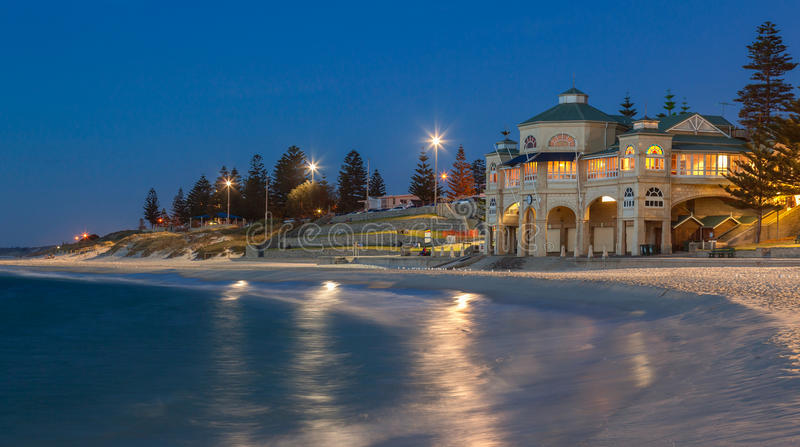 Cottesloe Strand in Perth am Sonnenuntergang stockbild