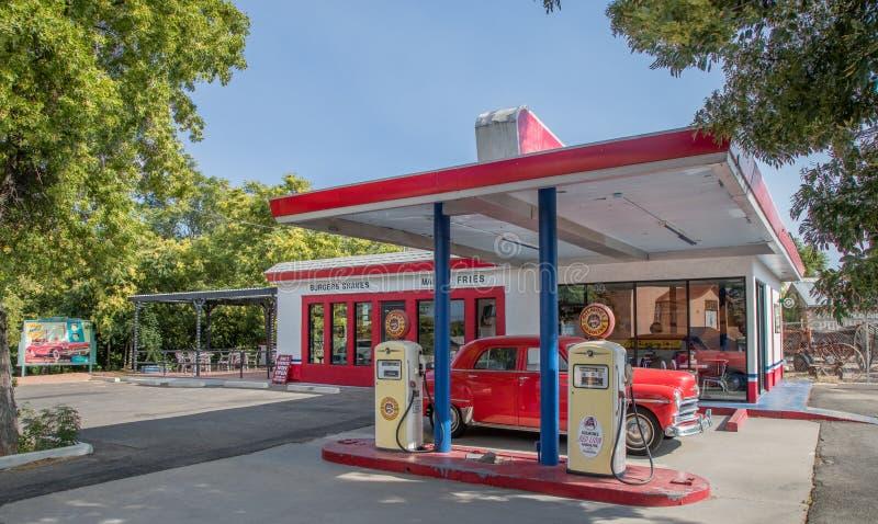 """COTTONWOOD, AZ € """"2 JULI Een uitstekend benzinestation op vertoning in de oude stad op 2 Juli, 2017 in Cottonwood, AZ stock afbeelding"""