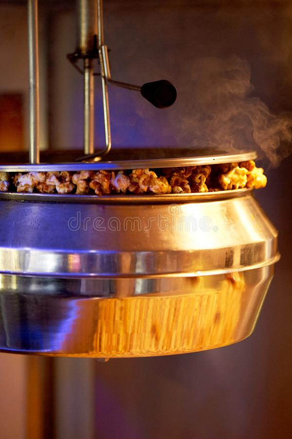 Cottura cocendo a vapore popcorn nella macchina del cinema Ciotola e vapore del metallo immagine stock libera da diritti