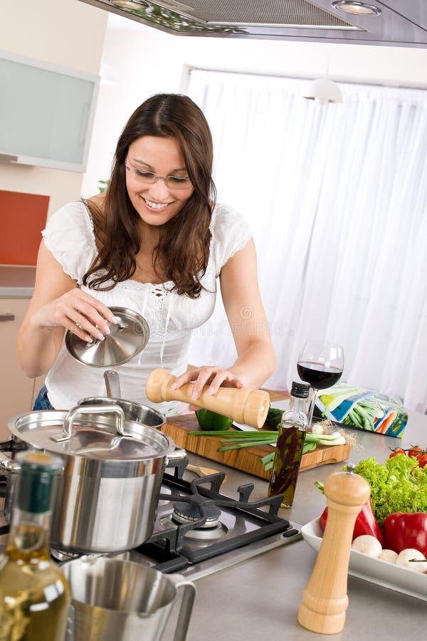 Cottura - cuoco felice della donna in cucina moderna immagine stock libera da diritti