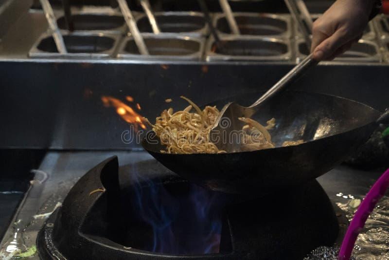Cottura degli spaghetti del riso del wok fotografia stock libera da diritti