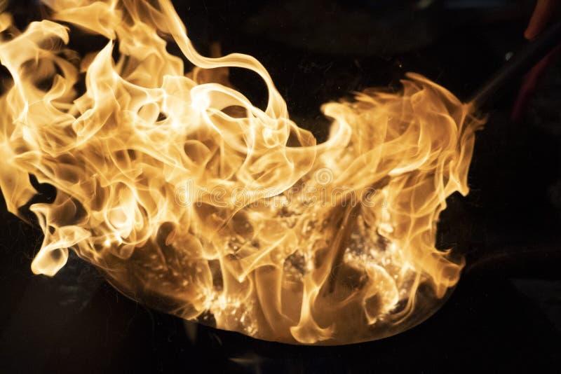Cottura degli spaghetti del riso del wok fotografie stock libere da diritti