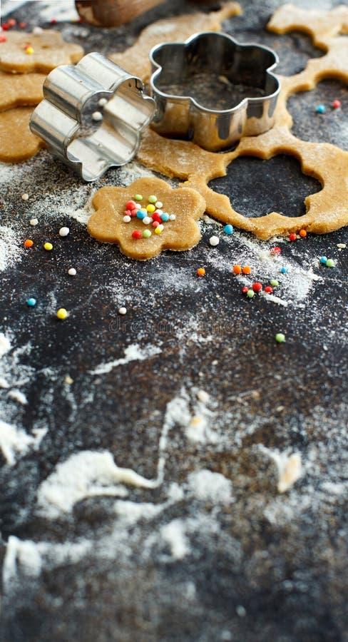 Cottura dei biscotti con le taglierine del biscotto del fiore immagini stock libere da diritti
