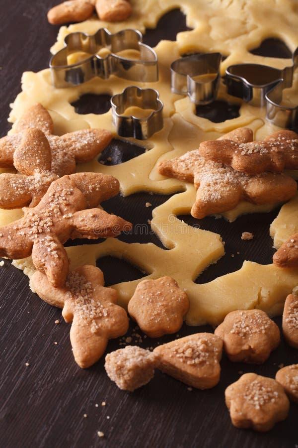 Cottura dei biscotti dolci sotto forma dei cuori e delle farfalle immagini stock