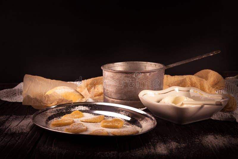 Cottura dei biscotti nel cuore di forma su fondo marrone di legno fotografia stock