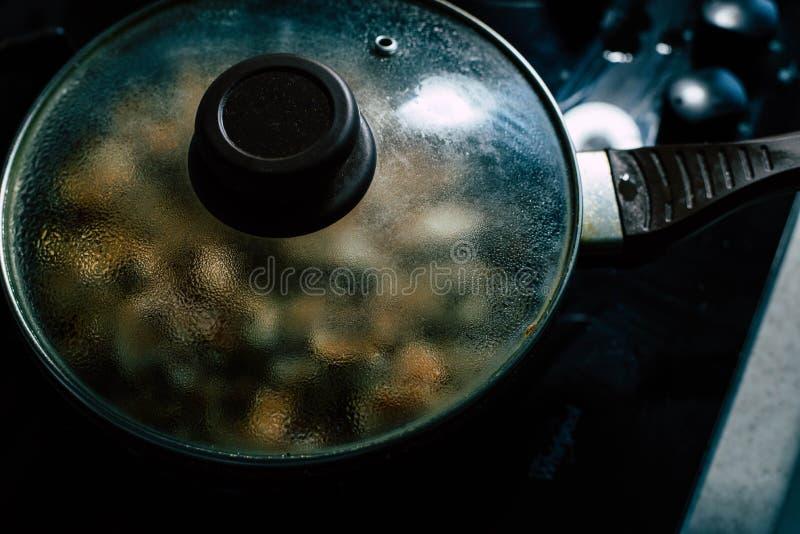 Cottura dei funghi: Funghi prataioli fotografia stock libera da diritti