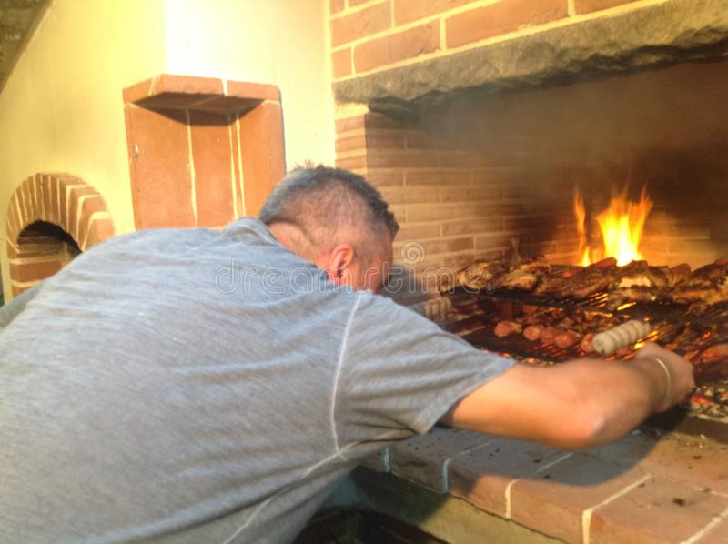 Cottura dei tipi differenti di carni sulla griglia Cucina italiana fotografie stock