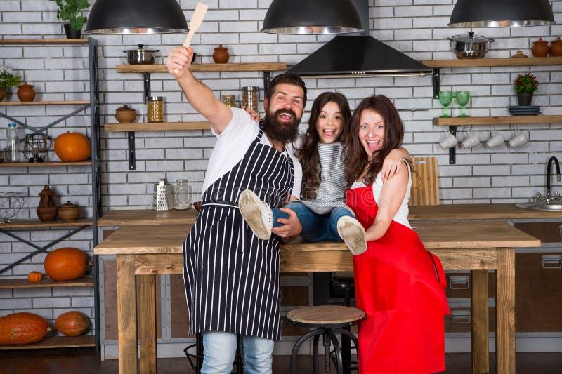Cottura del concetto dell'alimento Prepari il pasto delizioso Ora di colazione Famiglia divertendosi cottura insieme Insegni al b immagini stock libere da diritti