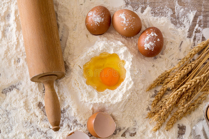 Cottura del concetto Ingredienti di cottura e strumenti di base della cucina immagine stock libera da diritti