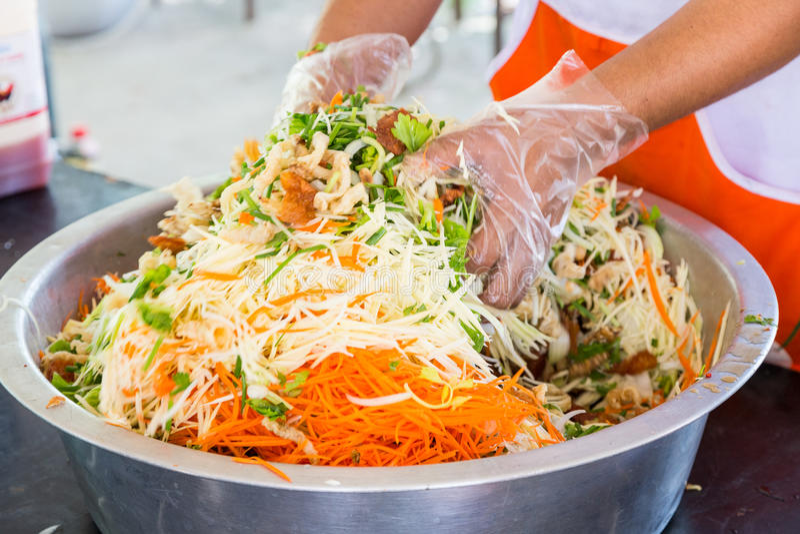 Cottura del gozzo croccante del pesce in insalata piccante immagini stock libere da diritti